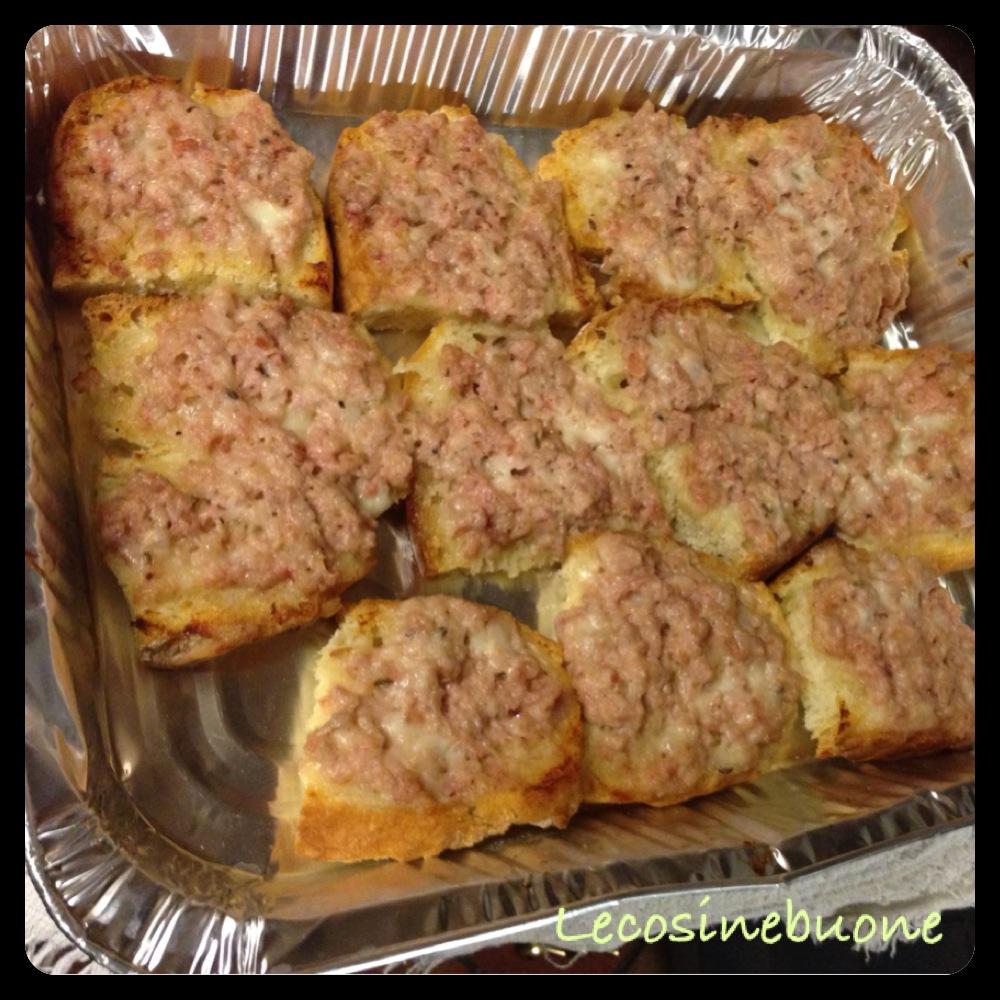 Crostini/bruschette salsiccia e stracchino in forno (1/3)