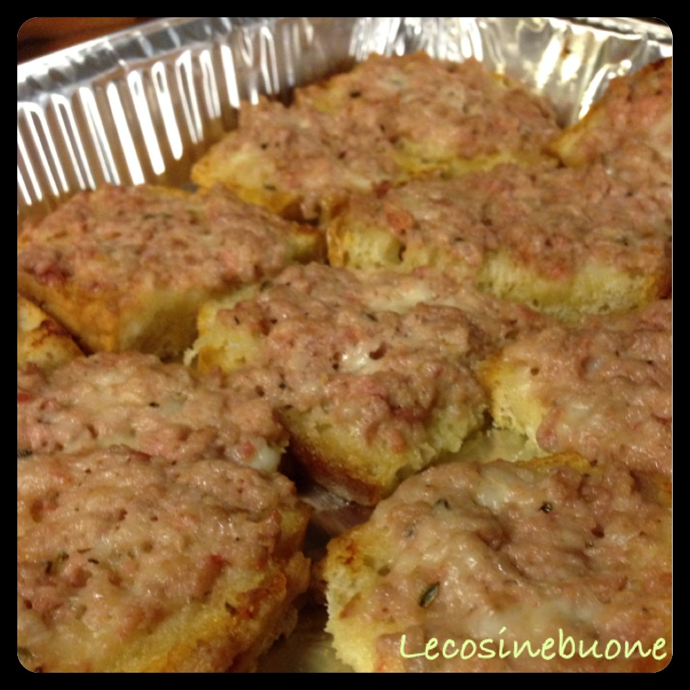 Crostini/bruschette salsiccia e stracchino in forno (2/3)